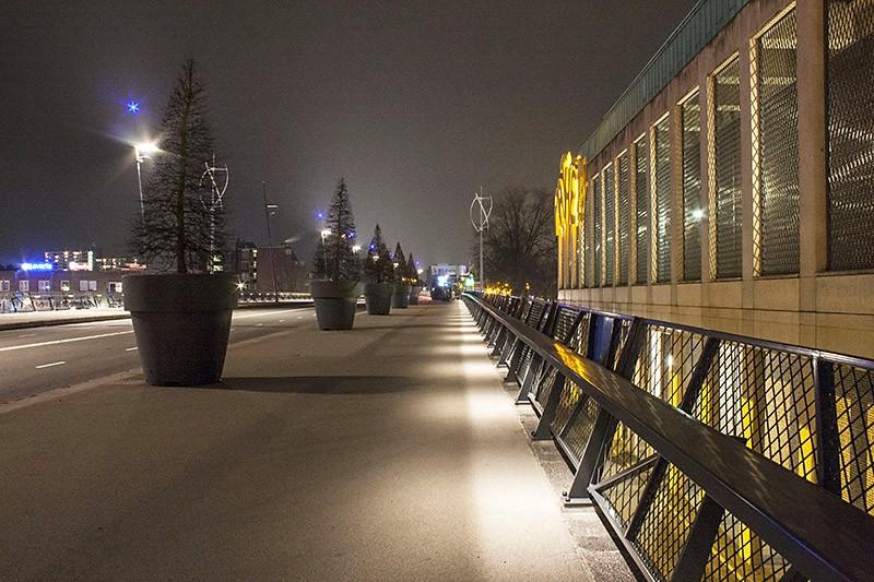 hieronder zie je de niet werkende verlichting op het destijds veelbesproken balkon van helmond als je de nog wl werkende verlichting wilt zien