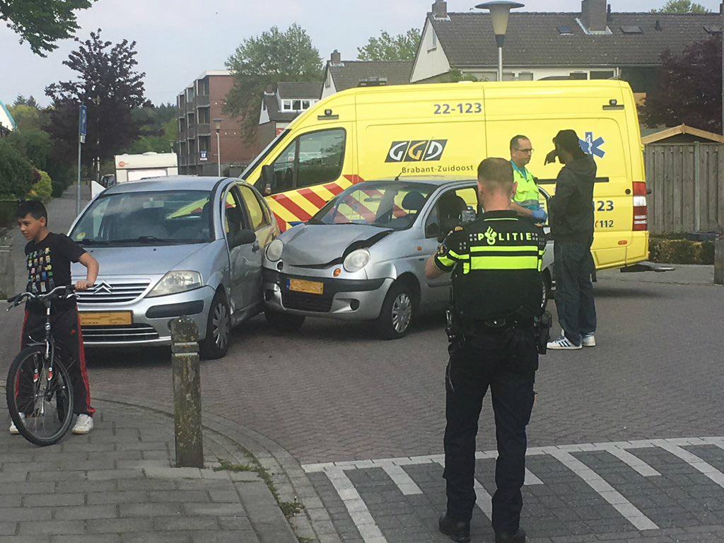 De weblog van Helmond » 2 Auto's botsten in Helmond Oost